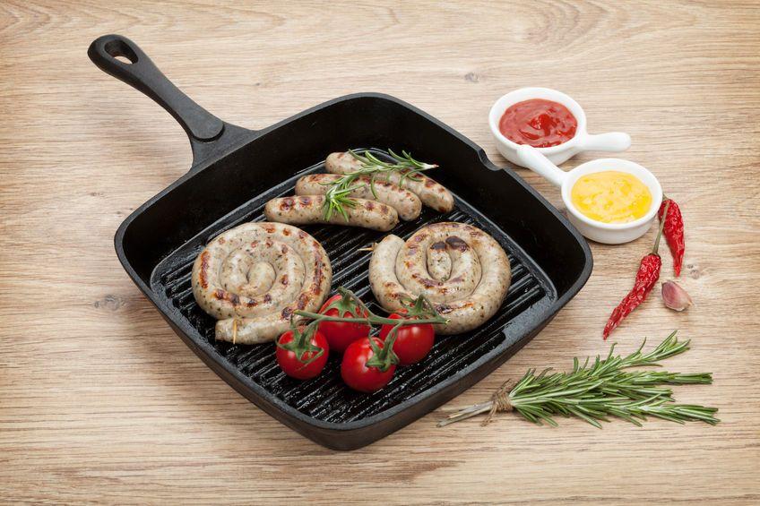 Bratwürste mit appetitlichen Grillstreifen - zubereitet in einer Grillpfanne