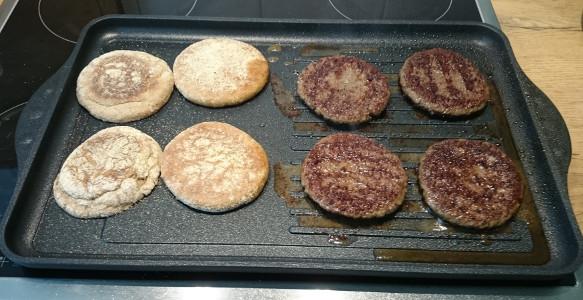 Burger Patties und Brot können gleichzeitig zubereitet werden.
